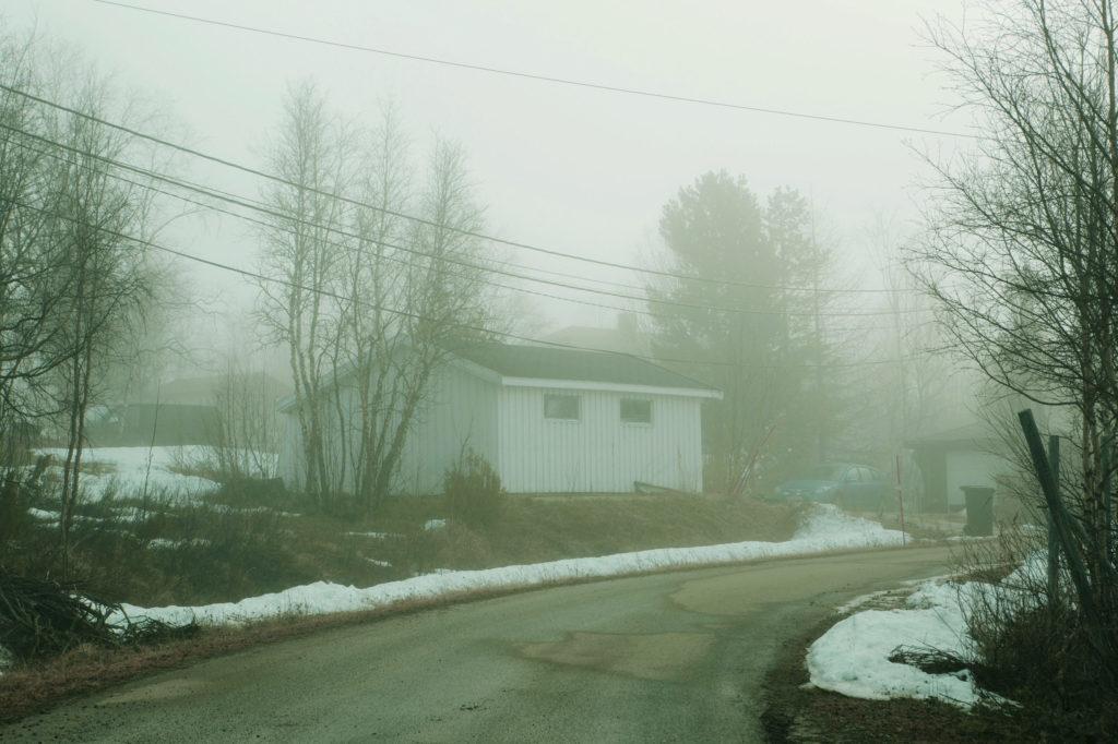 Una casa nella nebbia, di prima mattina, a Kautokeino. Norvegia. 2019