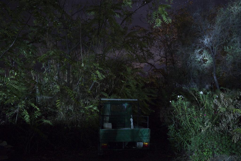 Un'Ape Car é fotografata di notte sull'isola di Stromboli. Non ci sono luci nelle strade a Stromboli. Quando l'elettricità é arrivata sull'isola negli anni '70, i residenti hanno deciso di non estenderla alle strade, per ragioni legate al risparmio energetico e per mantenere al minimo l'inquinamento luminoso. Isole Eolie, Italia