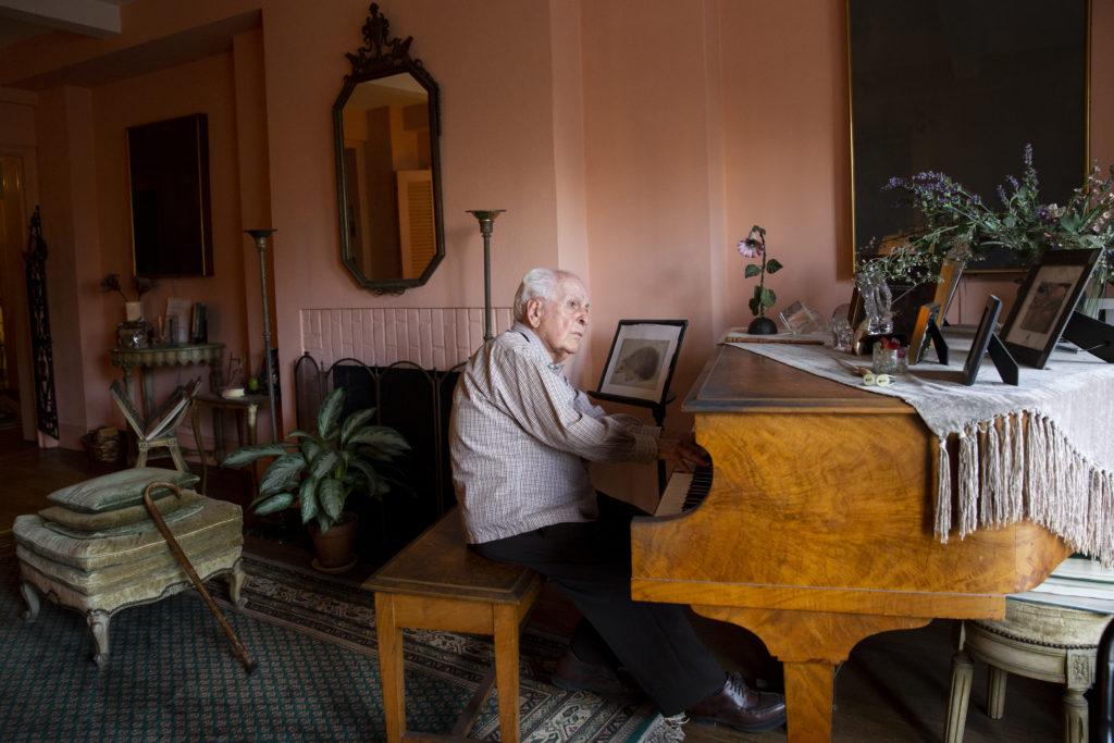 Il compositore e direttore d'orchestra Anton Coppola (1917), suona il piano per un ritratto nel suo appartamento vicino a Central Park, New York, Stati Uniti. 18 Febbraio 2019